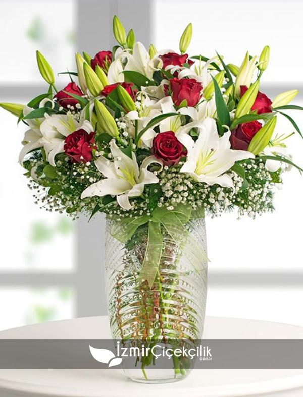 Cam Vazoda Lilyum ve Güller