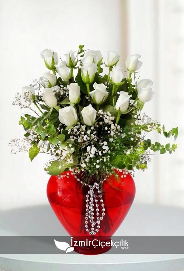 Kalp Vazoda Beyaz Güller